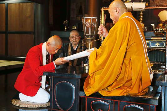 Le 16 juillet, le canoéiste recevait de son maître zen des tablettes en bois destinées à lui porter chance dans ses épreuves de canoë.