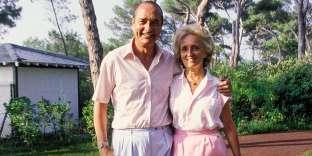 La belle vie ? Toujours pas. Premier ministre en cohabitation, Chirac est en bisbille avec Mitterrand et au plus bas dans les sondages. Alors, pour rebondir, à un an de la présidentielle, il choisit l'audace. Dans le Midi, bras dessus, bras dessous avec Bernadette, Jacques porte du rose. Discutable ? Relisez le livre, revoyez les films : dans Gatsby le Magnifique, Jay, le héros, fait enrager ses ennemis parce qu'il porte fièrement un costume rose. Et qu'aucune couleur n'est plus virile. Même sur Bernadette.