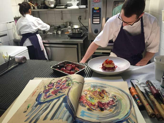 Pascal Barbot dans les cuisines du restaurant trois étoiles l'Astrance, à Paris.