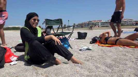 Capture d'une vidéo postée par une jeune femme qui pose sur la plage en «burkini»avec des amies.