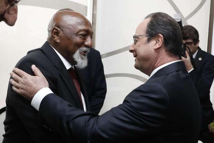 Le président français, François Hollande, serre la main de l'ancien footballeur brésilien Paulo César, lors de sa visite à Rio, jeudi 4 août.