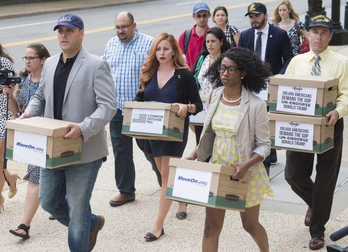 A Washington, le 4 août, des vétérans de l'armée ont défilé en portant des cartons contenant des signatures d'une pétition qui appelle les chefs de file républicains à retirer l'investiture à la présidentielle au candidat Donald Trump.