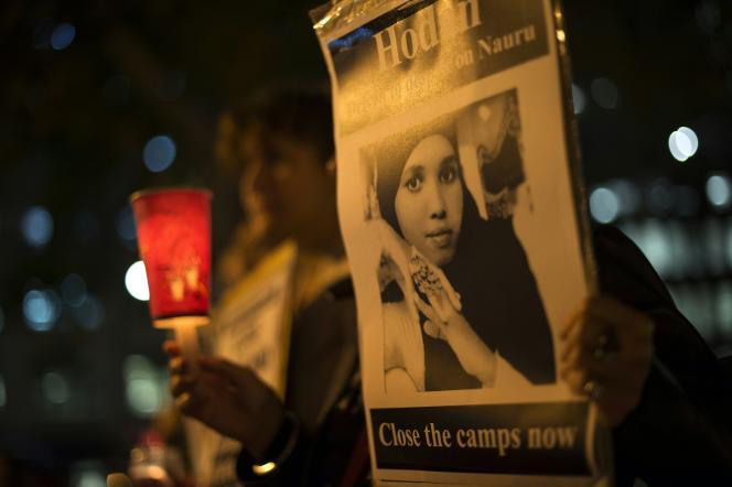 Un opposant au centre de détention de Nauru montre le portrait d'une réfugiée somalienne qui s'est immolée par le feu, le 4 mai 2016 à à Sydney.