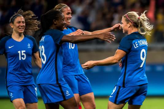 Eugenie Le Sommer (R) of France celebrates a goal during the Rio 2016 Olympic Games first round Group G women's football match France vs Colombia at the Mineirao stadium in Belo Horizonte, Brazil on August 3, 2016. / AFP / GUSTAVO ANDRADE