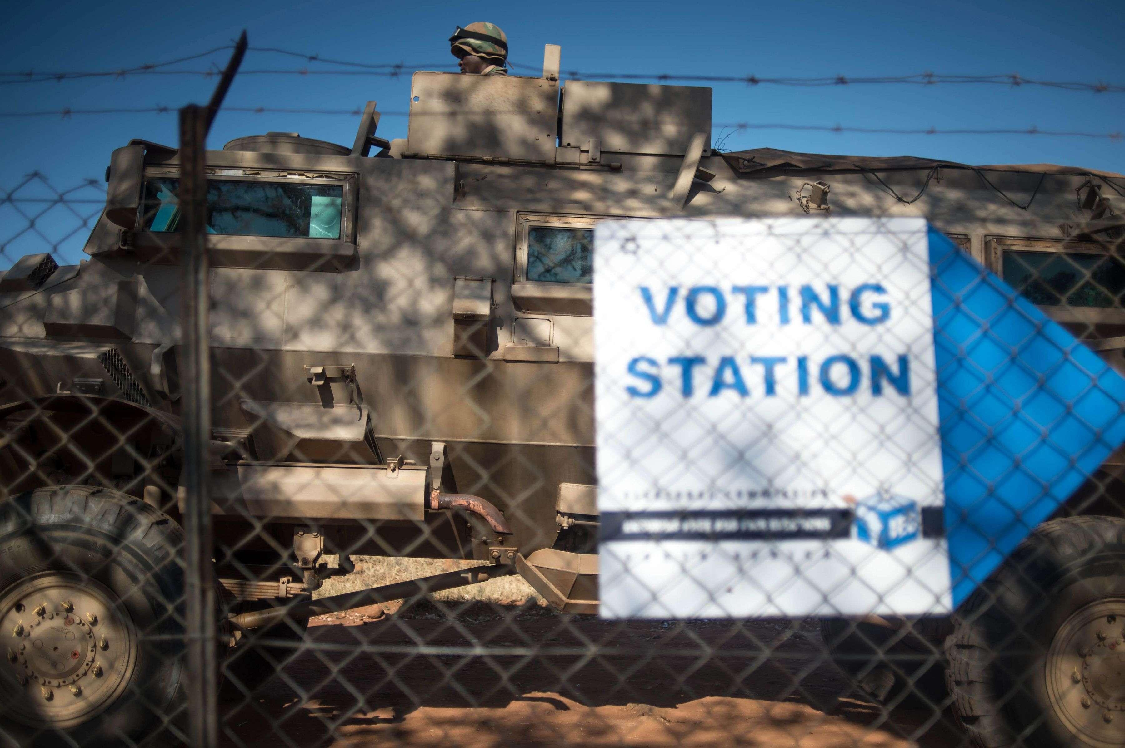 Un véhicule des forces de défense d'Afrique du Sud est stationné à l'extérieur d'un bureau de vote dans le village de Vuwani, dans le nord de la province de Limpopo.