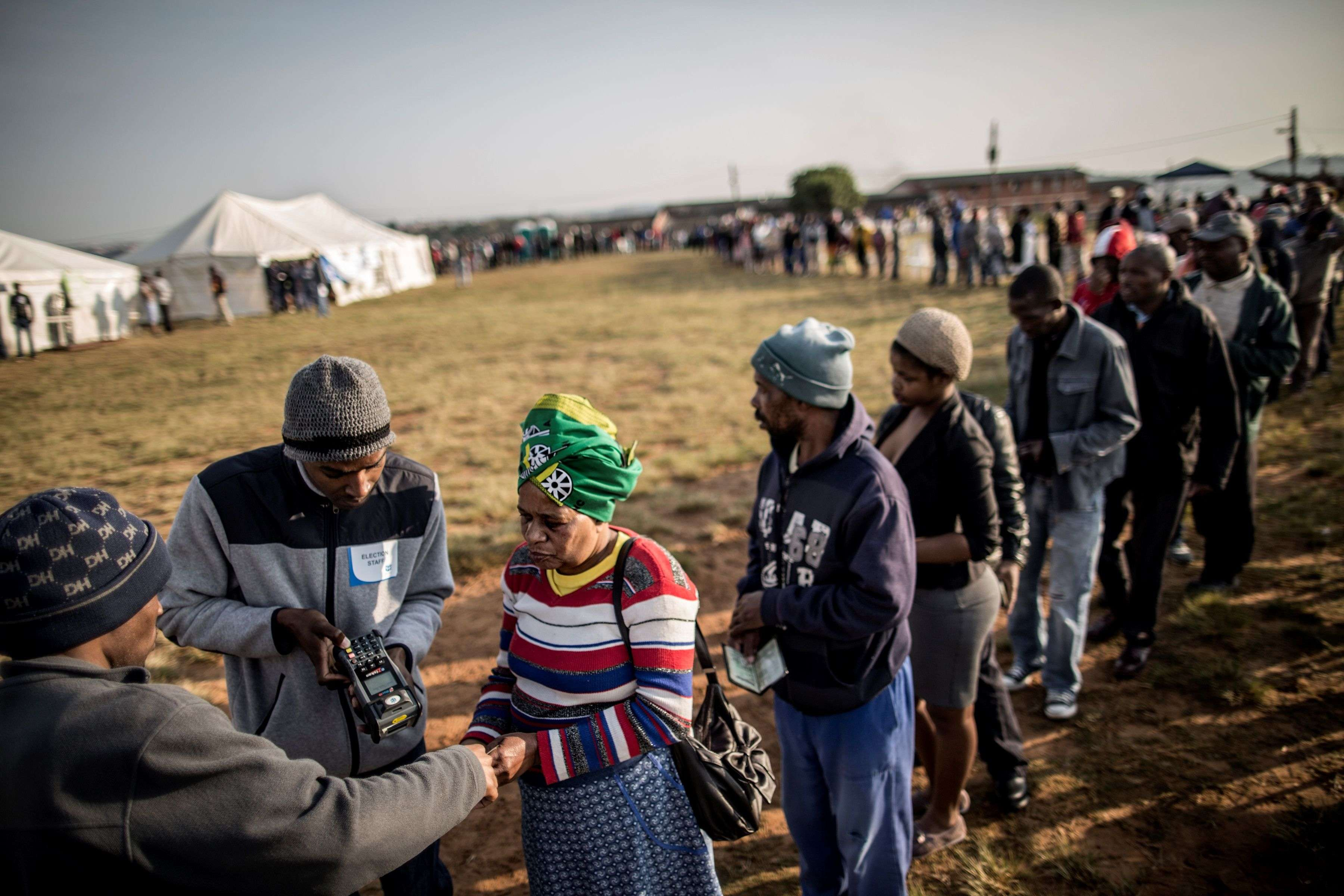 L'identité des votants est contrôlée à Umlazi, au sud-ouest de Durban, le 3 août.