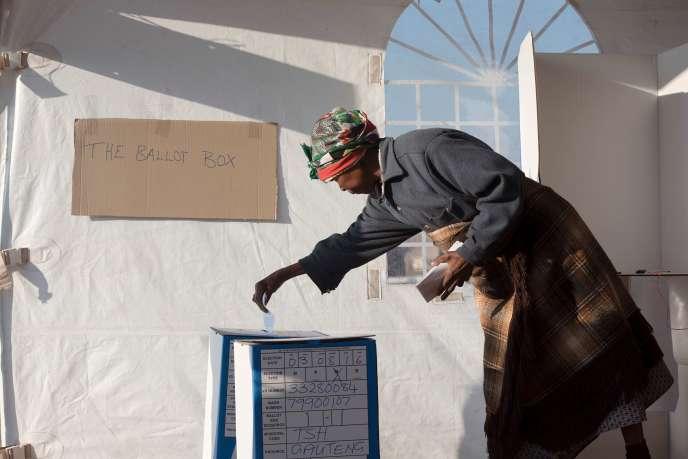 Une femme sud-africaine vote pour les élections municipales à Atteridgeville, à l'ouest de Pretoria, le 3 août.
