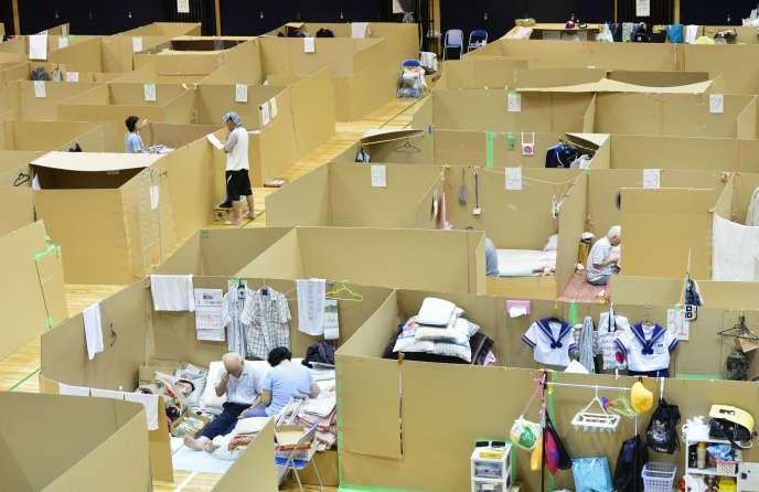 Plus de 3 800 personnes sont toujours hébergées dans des refuges, ici, un gymnase, près de quatre mois après les séismes.