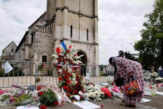 Devant l'église de Saint-Etienne-du-Rouvray, où a été assassiné le prêtre Jacques Hamel le 26 juillet.