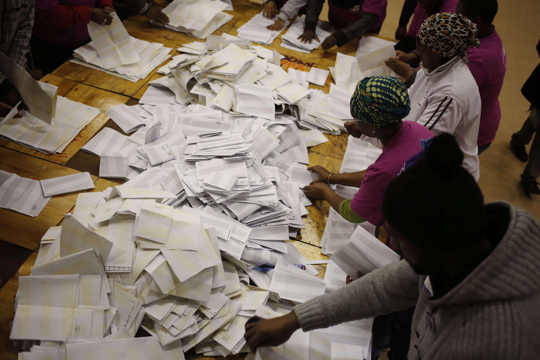 A Manenberg, en périphérie de Cape Town, le dépouillement du scrutin aurait commencé d'après des officiels locaux.