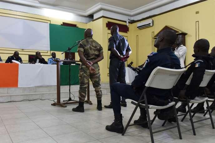 Les deux soldats ivoiriens condamnés, devant le tribunal militaire, à Abidjan, le 4 août