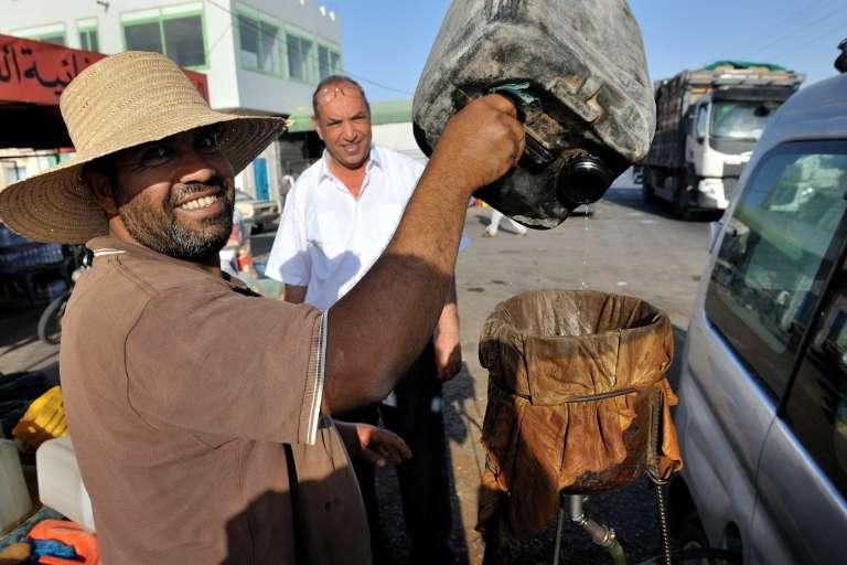L'essence de contrebande se vend ouvertement au bord des routes du sud tunisien.
