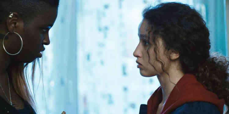 Oscillant constamment entre chronique sociale, thriller, comédie musicale et romance adolescente, le premier long-métrage de la réalisatrice d'origine marocaine, récompensé par la Caméra d'or au dernier Festival de Cannes, séduit autant qu'il irrite. Profondément contradictoire, il part, très vite, très loin, dans des directions parfaitement incompatibles.
