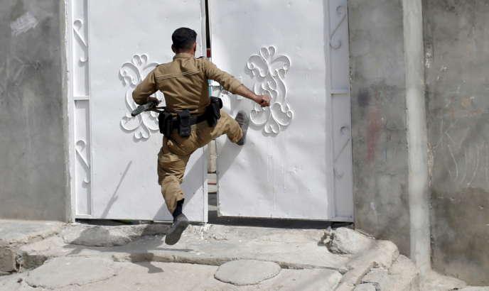 Un combattant kurde lors d'affrontements avec une milice chiite, en avril à Touz Khormatou.