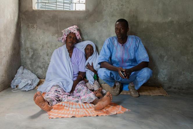 Cheikh Ahmed a survécu à Ebola. Pas sa femme. Il élève ses neuf enfants avec l'aide de sa soeur, mais a dû déménager pour fuir l'ostracisme.
