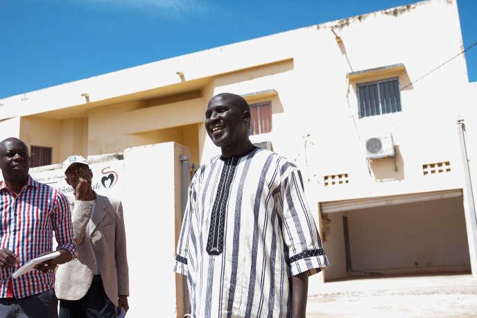Barnabé Gning, médecin chef de la région de Kolda devant leCentre régional de formation en santé.