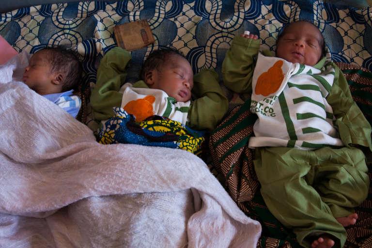 Trois orphelins auCentre de récupération et d'éducation nutritionnelle intensif (Creni) de l'hôpital préfectoral de Siguiri, au nord-est de la Guinée