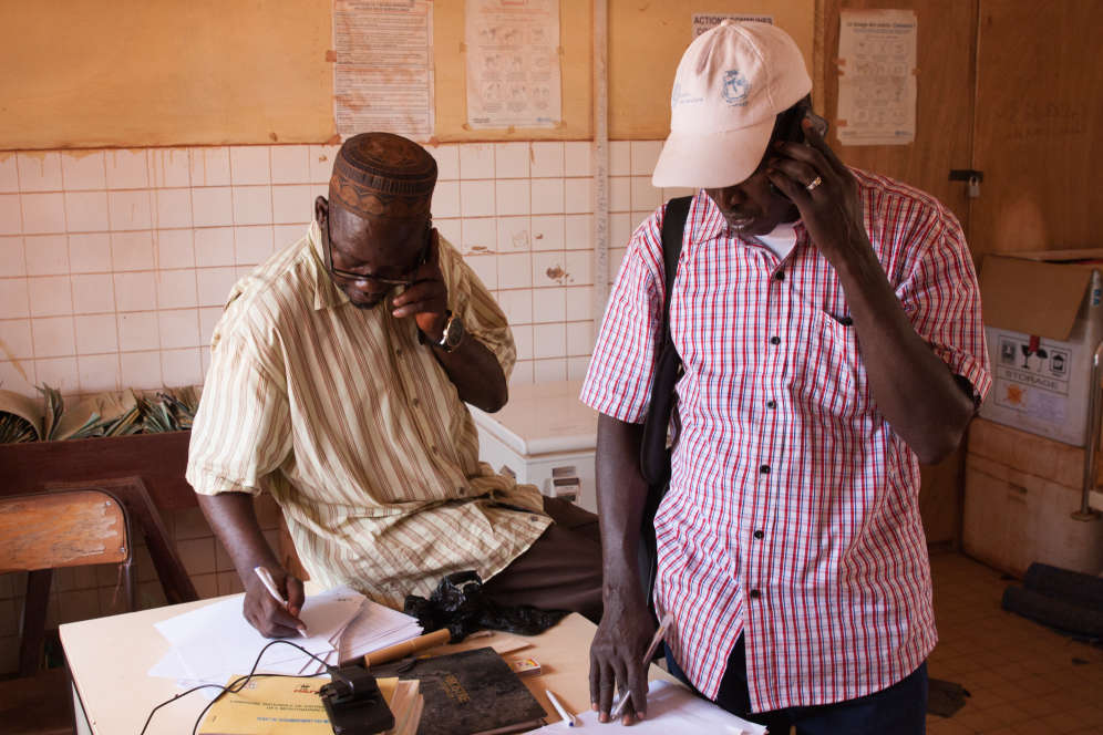 Konate Alama, médecin chef du centre de santé de Kintiniancoordonne les équipes de vaccinateurs de l'Unicef et de la Croix-Rouge qui doivent vacciner les enfants de Kintinian contre la poliomyélite.