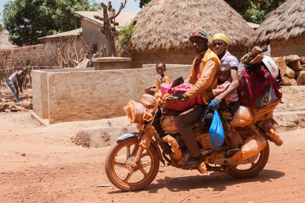 Dans la mine publique de Gbekeno, des centaines d'orpailleurs viennent chaque jour en famille sur des«mopettes» asiatiques avec leur matériel de fouille.