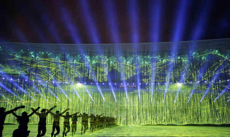 Le spectacle de la cérémonie d'ouverture. Le réalisateur brésilien Fernando Meirelles, un des trois directeurs artistiques de l'événement,a donné le premier rôle à la musique brésilienne.