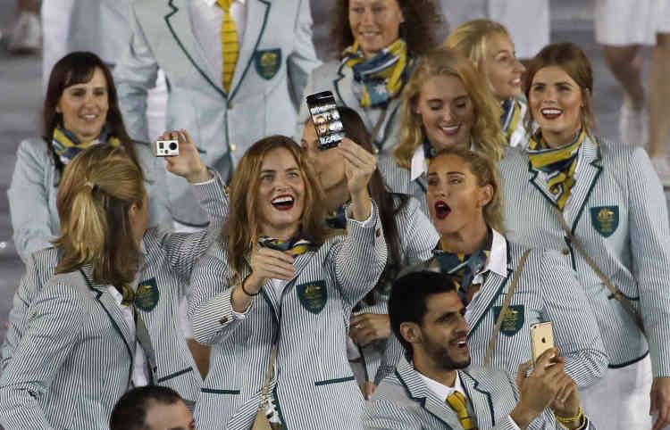 Les athlètes australiens se prennent en photo.