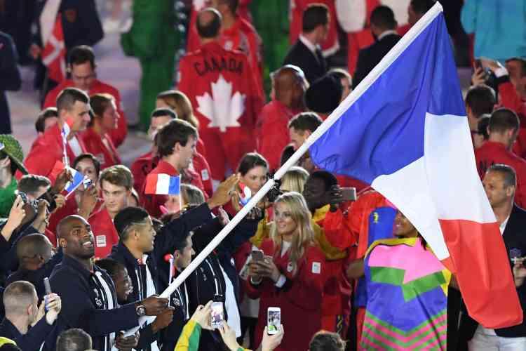 Teddy Riner porte le drapeau français.