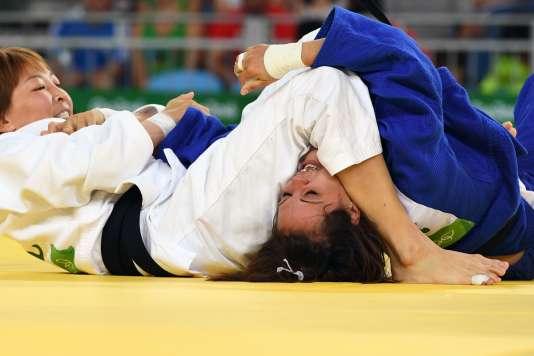 Laetitia Payet en difficulté contre Urantsetseg Munkhbat, le 6 août à Rio.