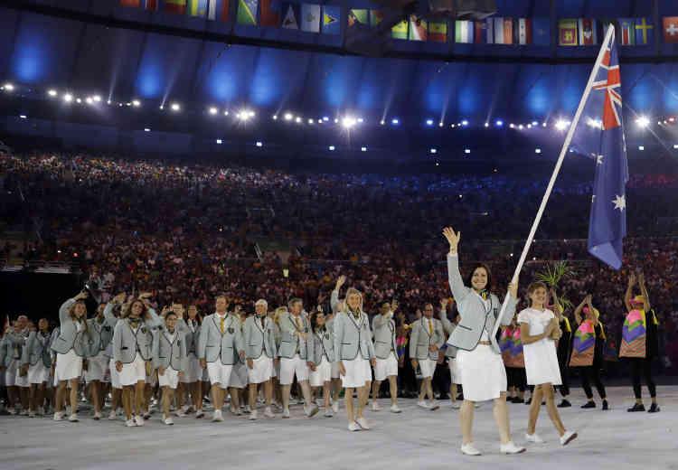 La coureuse cycliste Anna Meares porte la drapeau de l'Australie.