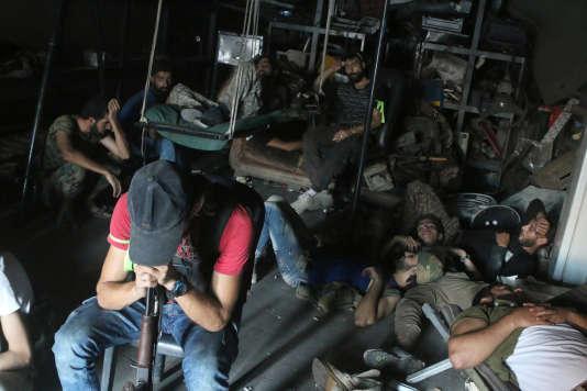 Combattants de l'Armée syrienne libre au repos, dans le sud-ouest d'Alep, le 2 août.