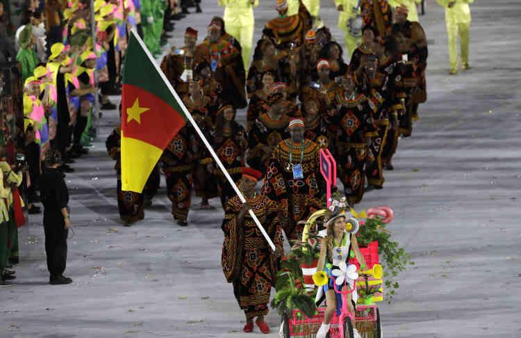 La déléation camerounaise, avec Dieudonne Wilfried Seyi Ntsengue qui porte le drapeau national.