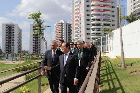 François Hollande et la délégation française au village olympique, jeudi 4 août, à Rio de Janeiro.