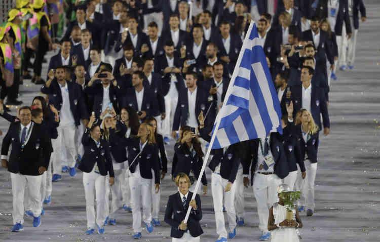 La skippeuse Sofia Bekatorou porte le drapeau de la Grèce, en tête de sa délégation.