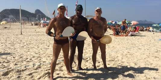 Marcelo, Elmo, Fernando (de gauche à droite), et leurs raquettes.
