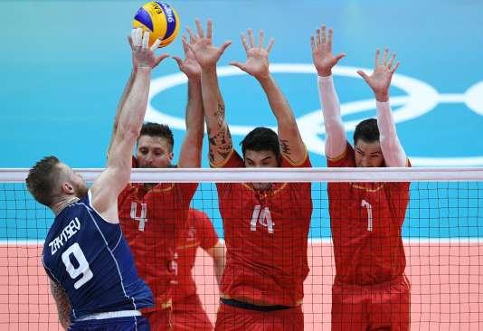 L'Italien Ivan Zaytsev, meilleur marqueur du match avec 16 points, a souvent transpercé le contre français.