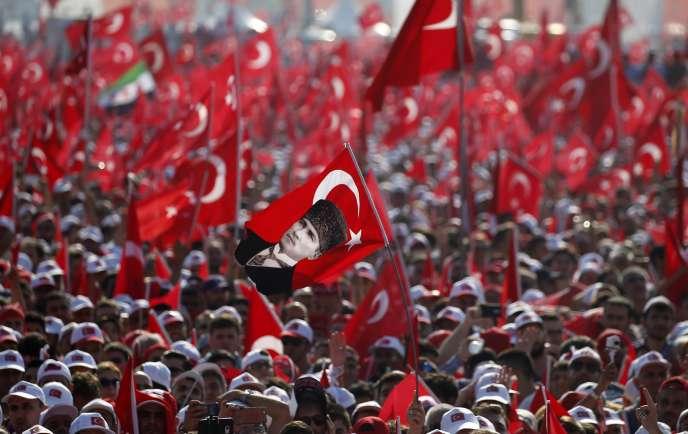 Plus d'un million de personnes se sontrassemblées dimanche soir sur la grande esplanade de Yenikapi.