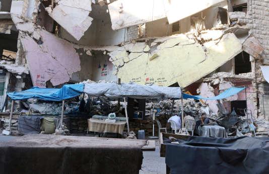 Des étals vides dans le quartier Bustan al Qasr d'Alep à la suite du siège imposé par les forces gouvernementales aux quartiers tenus par la rebellion syrienne, le 5 août.