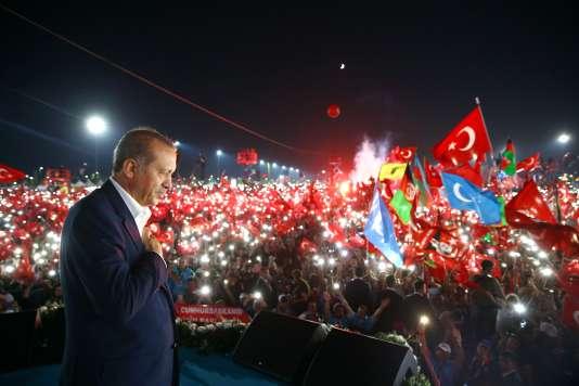 Recep Tayyip Erdogan s'exprime devant plus d'un million de manifestants, à Istanbul, le 7août.