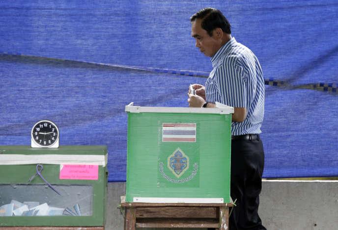 Vote du premier ministre thaïlandais, Prayuth Chan-O-Cha, lors du référendum sur la nouvelle Constitution, le 7 août.