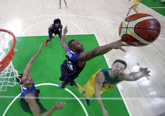 Boris Diaw tente decontrer le tir de Matthew Dellavedova , lors du match France Australie, à Rio, le 6 août.