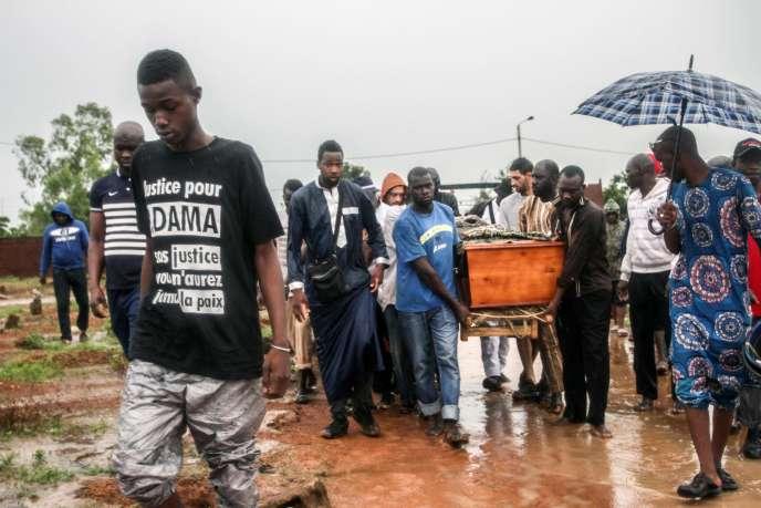 Lors de l'enterrement d'Adama Traoré, àKalabancoro, dans le sud de Bamako, au Mali le 7 août.