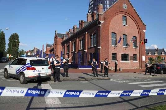 Devant l'hôtel de police à Charleroi, en Belgique, le 6 août.