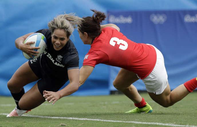 Rugby La Néo-Zélandaise Huriana Manuel, face à la Britannique Alice Richardson, lors du tournoi de rugby à 7 des JO 2016 à Rio.