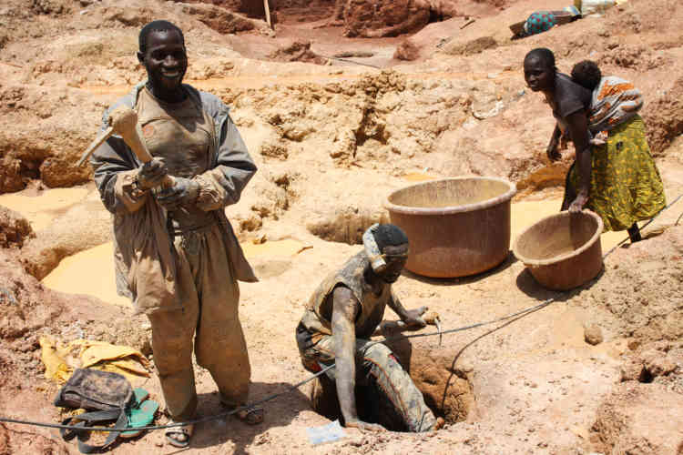 Dans la carrière, les rôles sont prédéfinis. L'homme mine au fond des puits et brise les pierres à coup de« daba», la pioche locale. La femme transporte minerai et terre, puis s'occupe de tamiser. Mais il existe des exceptions comme Kadia.