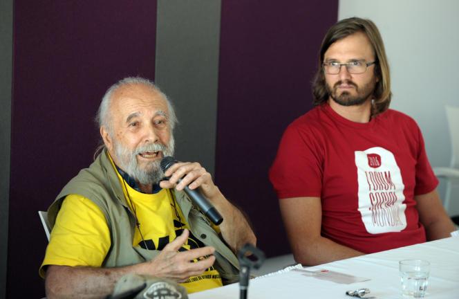 Chico Whitaker, militant altermondialiste brésilien et cofondateur du Forum social mondial (à gauche) et Raphaël Canet, organisateur de la 12e édition du FSM, lors d'une conférence de presse à Montréal,le 8 août.