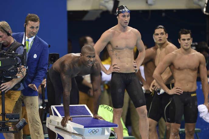 Mehdy Metella, Fabien Gilot et Florent Manaudou (arrière-plan) lors du 4 × 100 m nage libre, le 7 août, à Rio de Janeiro.