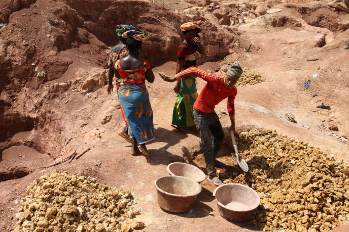 Des femmes viennent déposer la terre récupérée par les mineurs au fond des boyaux. Elle sera ensuite triée et tamisée.