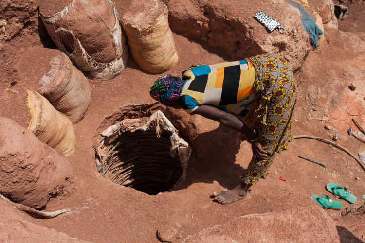 « Il ne se passe pas un jour sans qu'un puits ne se referme sur un mineur ou que quelqu'un glisse et s'y précipite », raconte Kadia. Sur l'image, une femme s'assure que le mineur va bien.