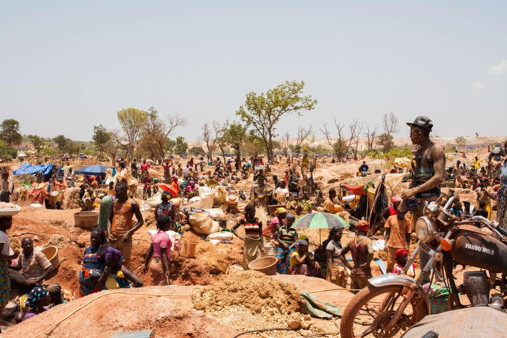 Dans la mine de Safuna Kole, des centaines de mineurs et d'orpailleurs s'entraident et se concurrencent pour trouver la pépite qui leur assurera un avenir doré.