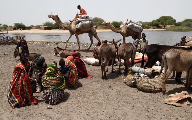 Des hommes traversant le lac Tchad, en avril 2015, après une attaque de Boko Haram.
