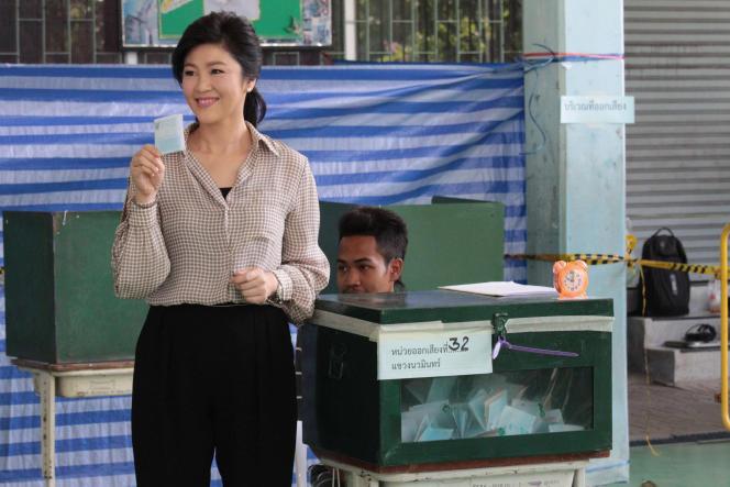 L'ancienne première ministre thaïlandaise Yingluck Shinawatra, dans un bureau de vote, lors du référendum sur la nouvelle Constitution, à Bangkok, le 7 août.